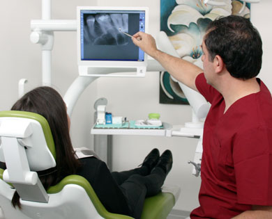 Karies befallene Zähne können mit Füllungstherapie behandelt werden.