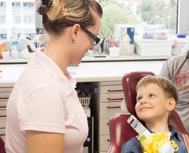 Zähne von Kindern brauchen besondere Pflege bei besonderen Bedürfnissen.